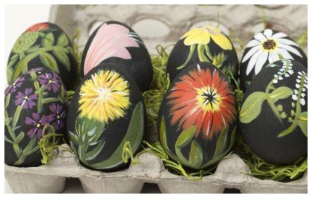 Διακοσμητικά αυγά με ζωγραφισμένα σχέδια λουλουδιών