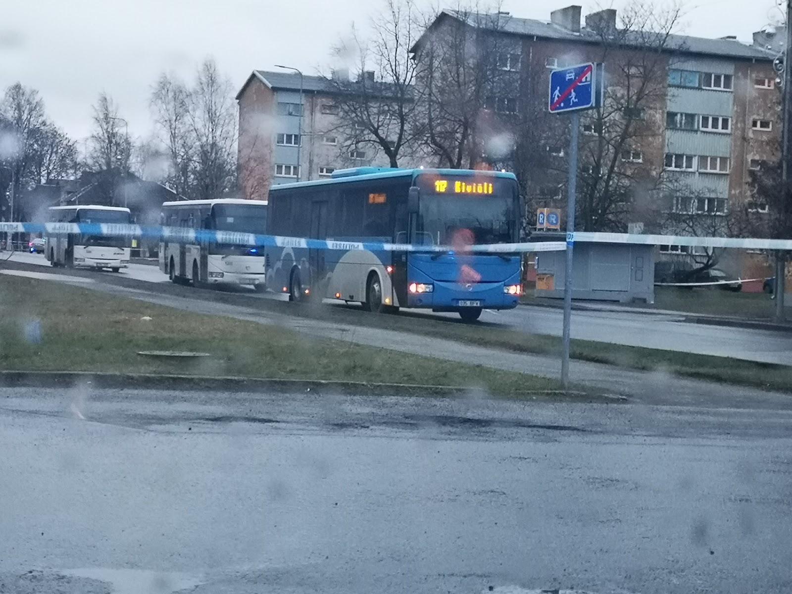 Apšaudītie autobusi stāv ceļa malā un apjozti ar policijas lentu