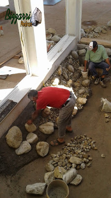 Bizzarri, da Bizzarri Pedras, trabalhando na construção de um lago de carpas em jardim de inverno com a cascata de pedra. Fazendo a construção do lago com pedra do rio com tamanhos variados em residência em condomínio em Atibaia-SP.