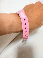 手首にピンクのIDリストが巻かれている