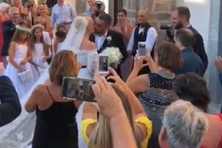 Παντρεύτηκαν Μουτάφη – Νιφλής στη Σαντορίνη - Οι πρώτες εικόνες από το γάμο