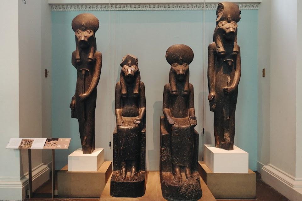 4体の黒色花崗岩のセクメント(Sakhmet)女神像