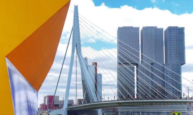 Puente de Erasmo Erasmusbrug en Rotterdam – Escultura Marathon-beeld de Henk Visch