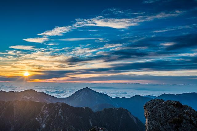 空とクラウドと朝日