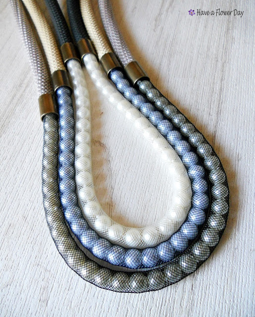MOMO+. Collares con cuerda de escalada y perlas · Necklaces with paracord and pearls