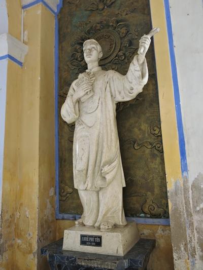 Xe hợp đồng Phú Yên - Tượng Andrê Phú Yên, vị linh mục đầu tiên của nhà thờ