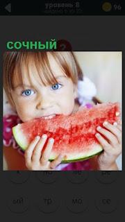 девочка с косичками ест сочный арбуз