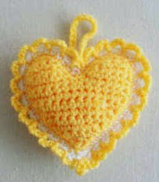 http://translate.google.es/translate?hl=es&sl=en&tl=es&u=http%3A%2F%2Fwww.bestfreecrochet.com%2F2012%2F03%2F14%2Ffree-crochet-pattern-heart-sachet-74%2F