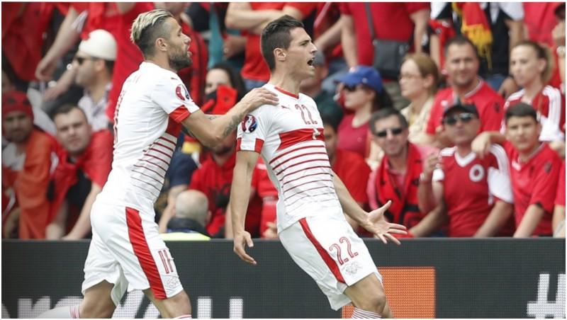 Bek swiss Fabian Schar (kanan) melakukan selebrasi usai cetak gol