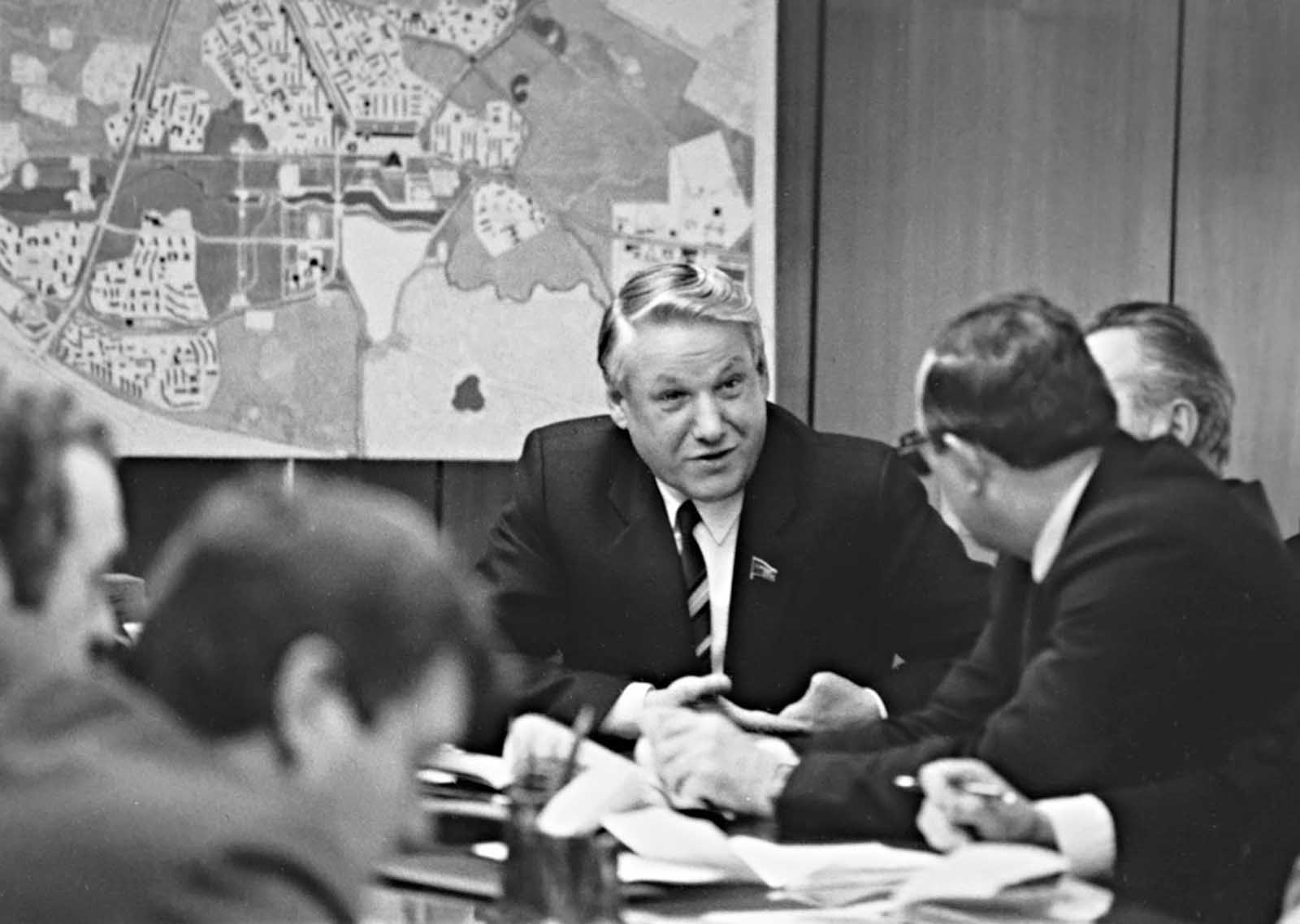 Yeltsin in Sverdlovsk discusses the city development projects.