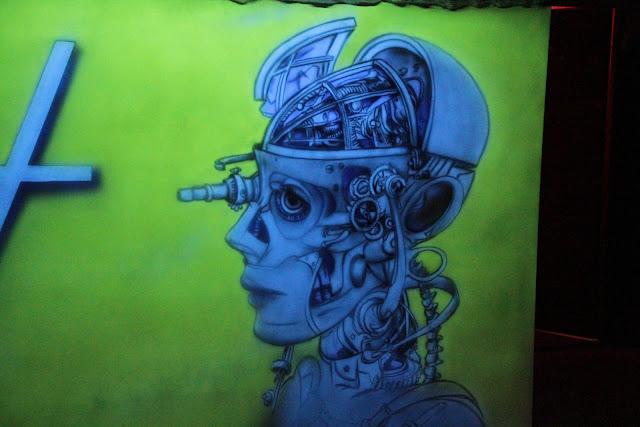 Biomechanika, steampunk, mural UV, aranżacja ściany w klubie, malowanie grafiiti UV