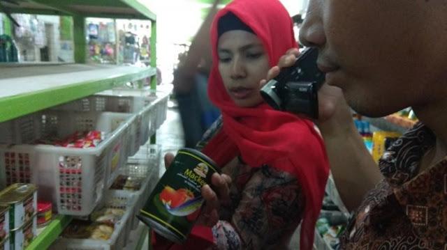 Petugas dari Dinas Kesehatan Batanghari melakukan razia ke sejumlah mini market di Muara Bulian, Jumat (23/3/2018) hasilnya ditemukan satu kaleng sarden yang tak layak edar.