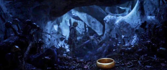 O Um Anel no Filme O Hobbit com Bilbo Bolseiro - Baggins - ao Fundo na Caverna do Gollum