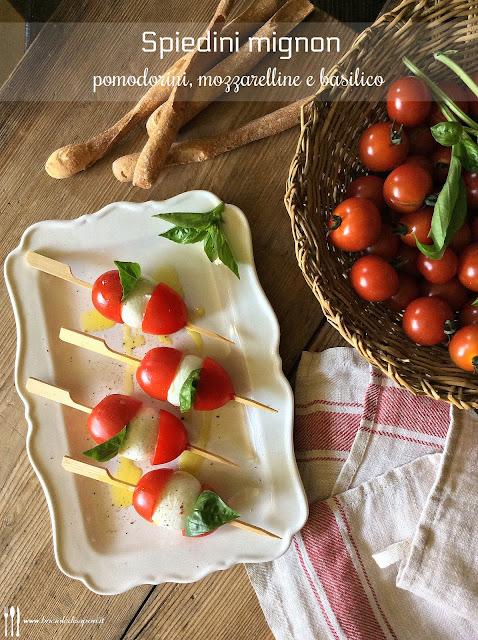 spiedini estivi di pomodorini mozzarelle e basilico