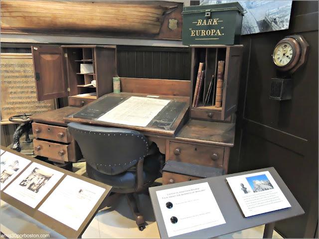 Escritorio de Bourne en el Museo de Ballenas de New Bedford, Massachusetts