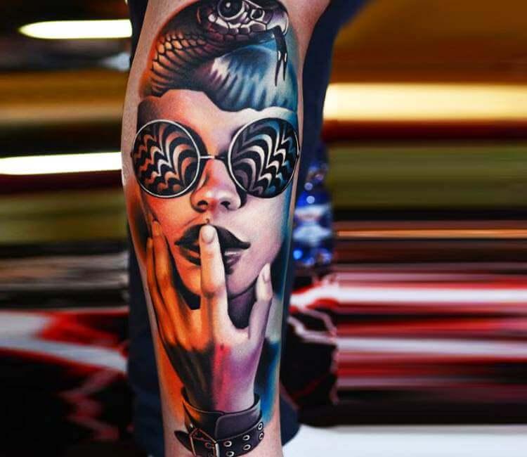 Tatuaje de un rostro de mujer con gafas psicodélicas
