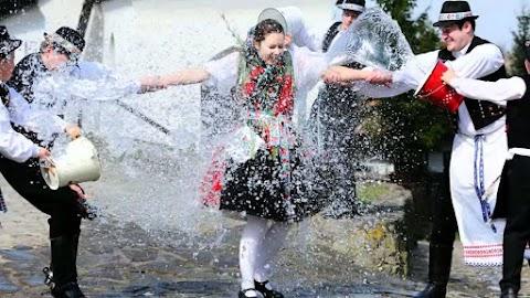 A népi hagyományokban fontos szerepe van a tűznek és a víznek