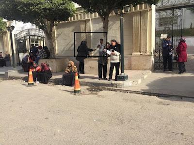 """""""غادة وأمها"""" توزعان الغذاء على أهالي مصابي محطة مصر: """"مش هيكونوا فايقين يجيبوا أكل"""" (صور)"""
