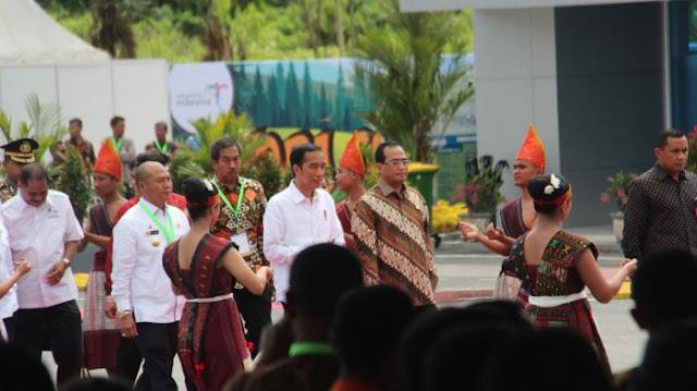 Tiba di Silangit, Presiden Jokowi Disambut Tabuhan Gondang Batak