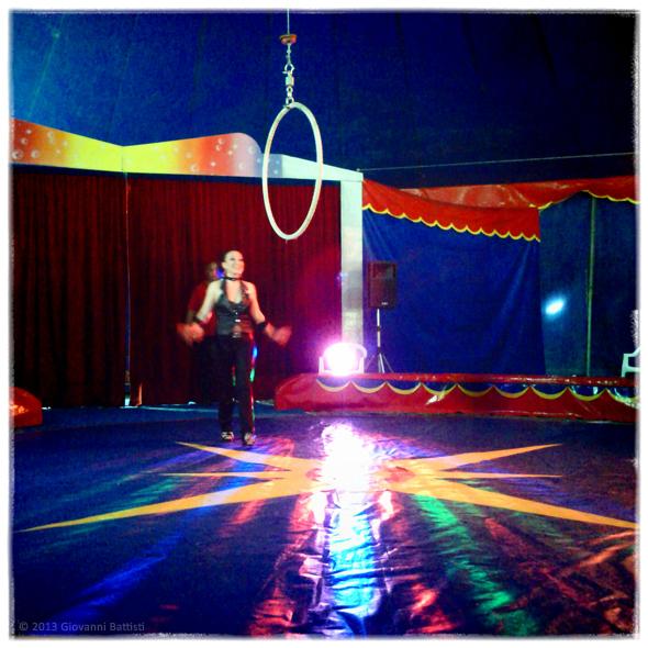 Fotografia di un acrobata al circo