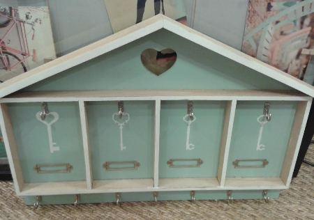 Colgador de llaves en madera, con forma de casa