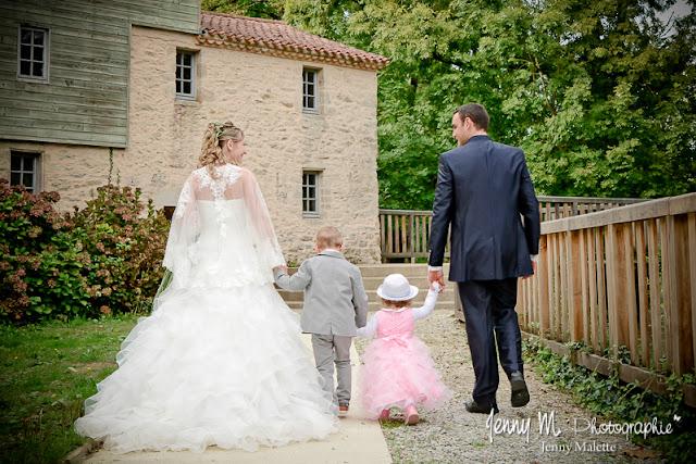 séance photos couple mariés avec leurs enfants vue de dos
