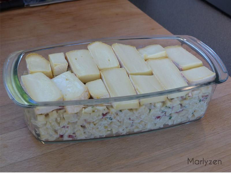 Versez la préparation dans un plat avant de recouvrir de reblochon.