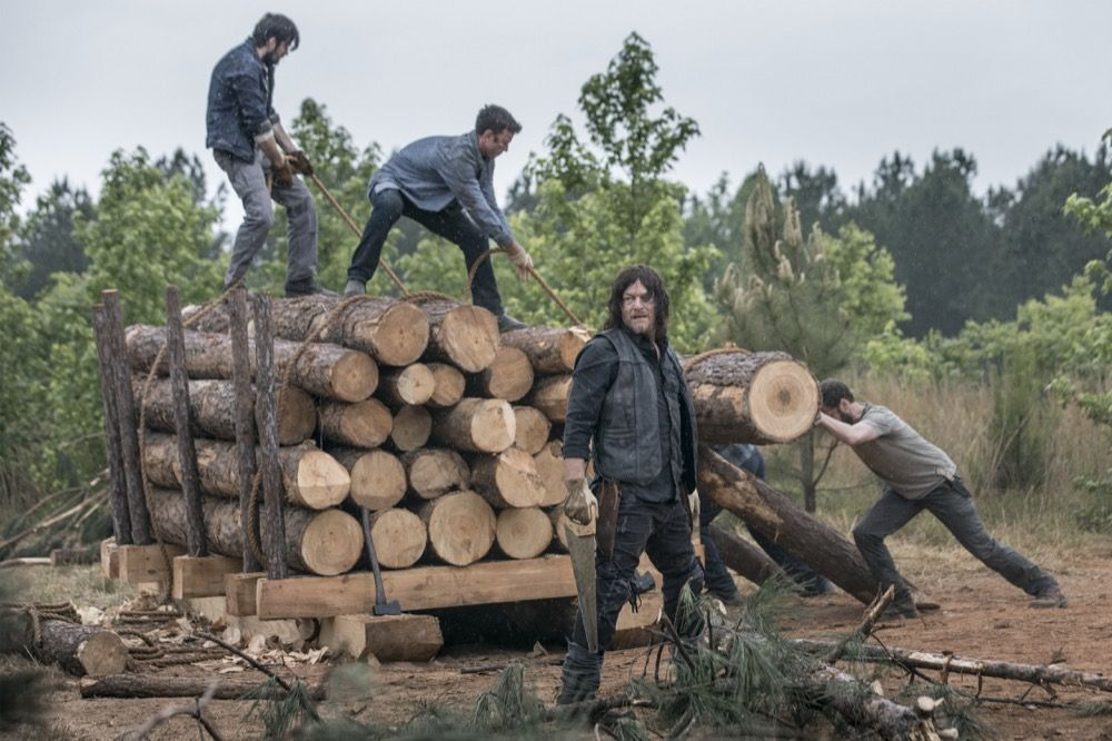 Aaron y Daryl, en el episodio 9x02 The Bridge de The Walking Dead