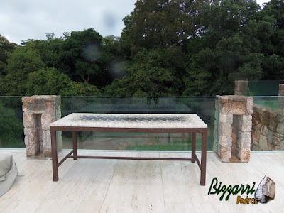 Pedra moledo para pilares de pedra, para fixação do guarda corpo de vidro na piscina.