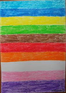 kartka pokolorowana w poziome pasy kredkami świecowymi