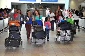 Resultado de imagen para Dominicanos llegan al pais a pasar navidades
