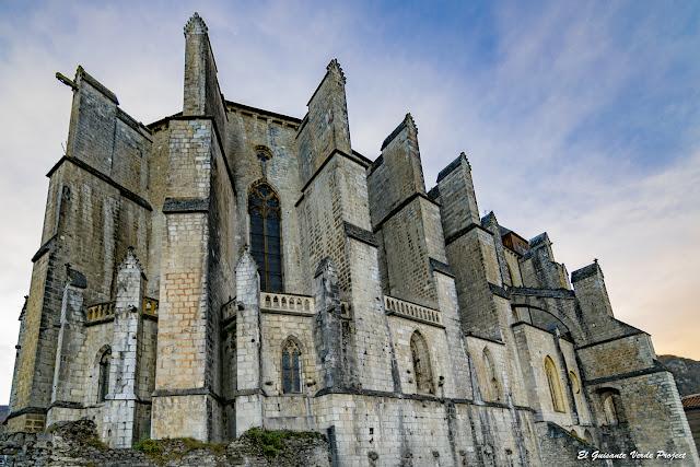 Vista del exterior del Ábside de la Catedral de Santa María en Saint Bertrand de Comminges, por El Guisante Verde Project