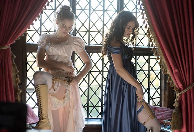 Bella Heathcote und Lily James rüsten sich für den Kampf
