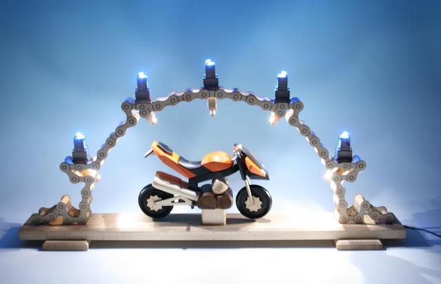 https://www.volkskunst-seiffen.de/motorradschw-mit-led-63-x-8-x-31-cm.html