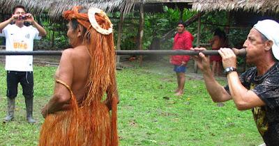 """Show"" turístico en Iquitos. Nos enseñaron cómo cazaban. Les habíamos pillado vestidos con camiseta unos minutos antes."