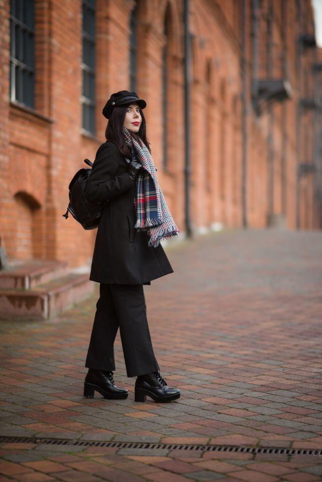 jak nosić czapkę z daszkiem? | stylizacja z szalem w kratę | szerokie spodnie - do jakich butów pasują? | jak nosić szerokie spodnie? | czapka z daszkiem | klasyka | miejski styl | blog modowy | blogerka modowa | blog szafiarski | blogerka z Łodzi | dawna Łódź