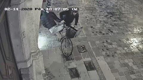 Vajon mire kellett? Egy győri férfi biciklire pattant, majd hóna alá csapva ellopott egy próbababát
