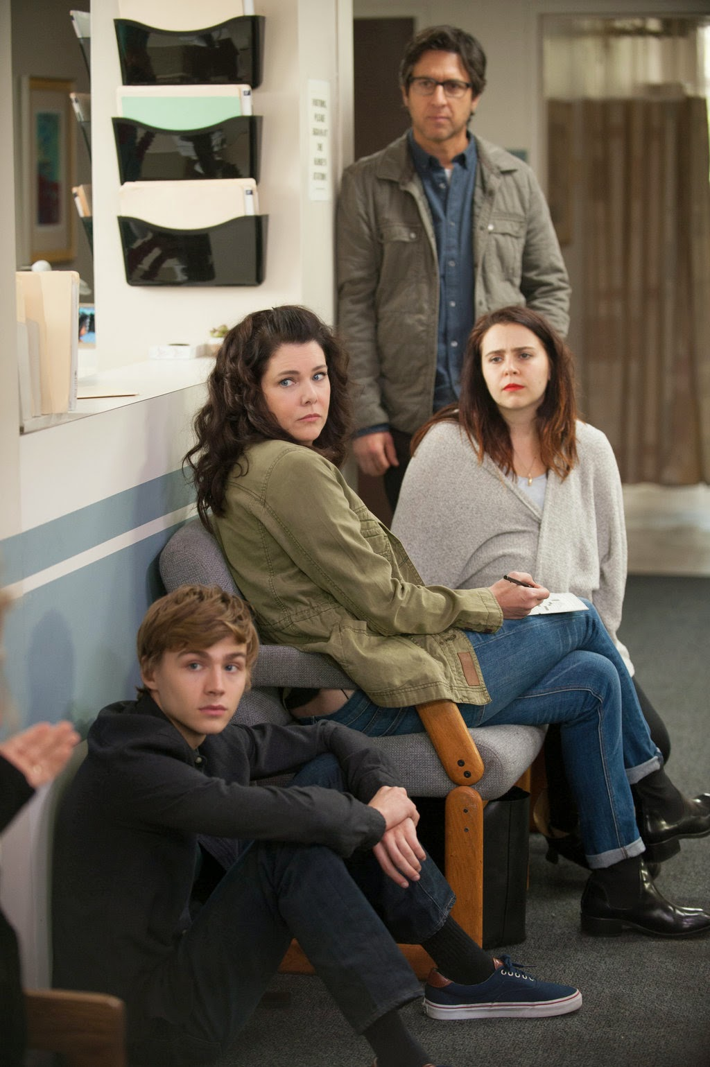 Ray Romano, Lauren Graham, Mae Whitman y Miles Heizer en Parenthood