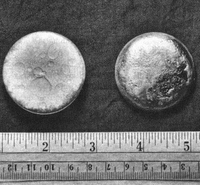 duas pelotas de plutonio com cerca de 3 cm de diametro
