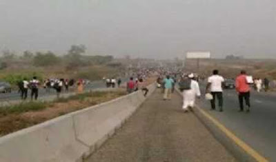 BREAKING: Drama as UNIABUJA Students Angrily Take Over Airport Road