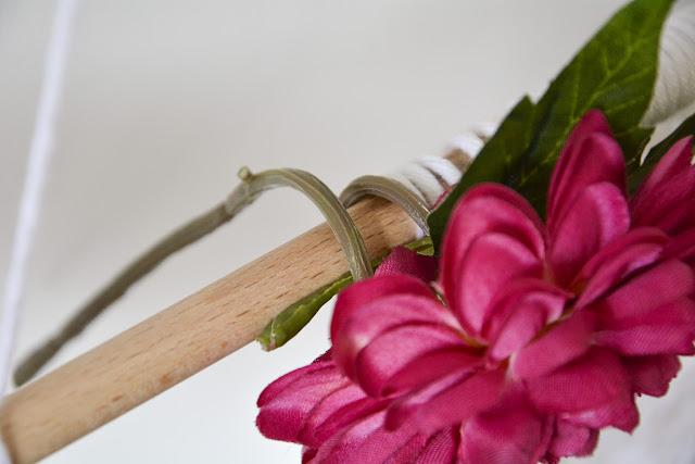 Enrollamos las flores a la barra
