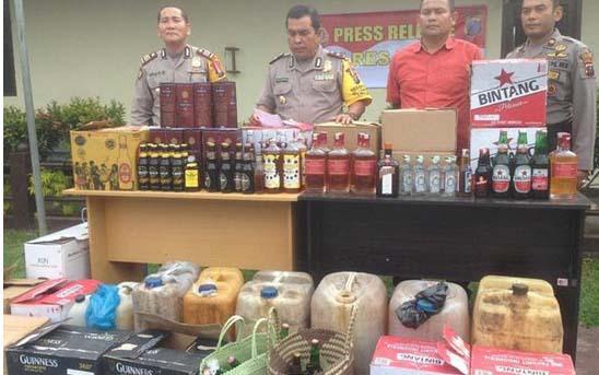 Ratusan botol miras yang disita personel Polres Tapsel.