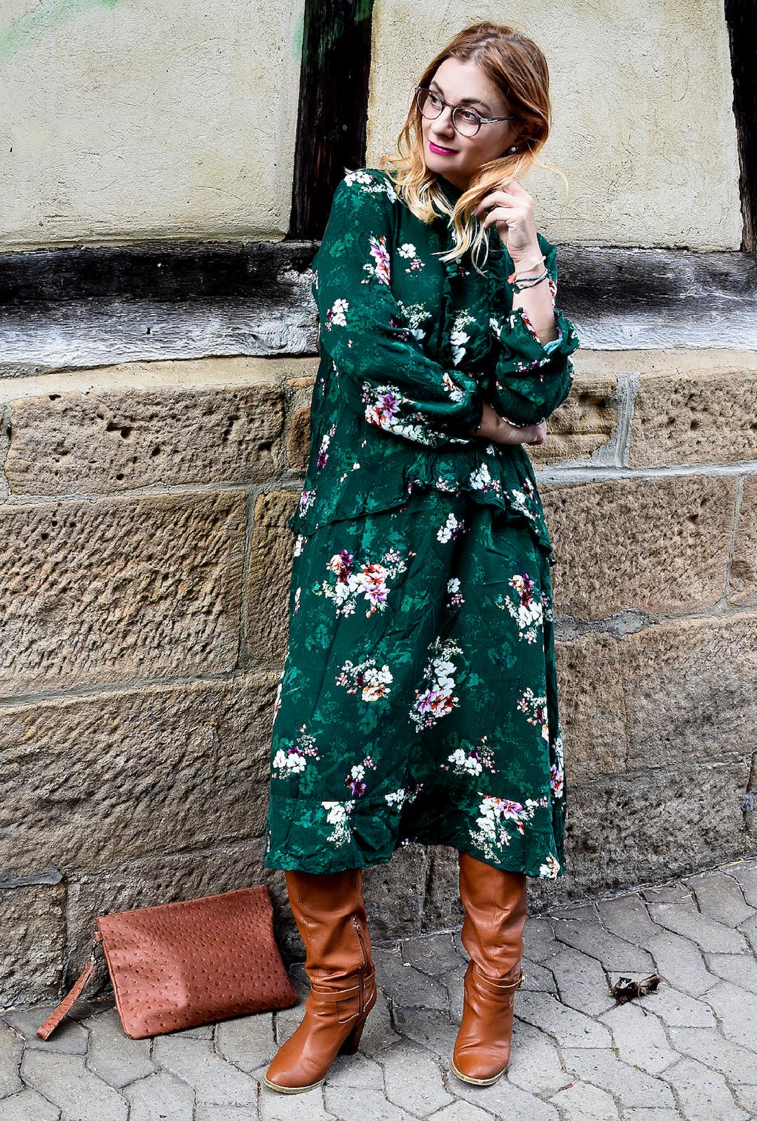 Braune Stiefel und Kleid in Grün, wie kombiniere ich Grün