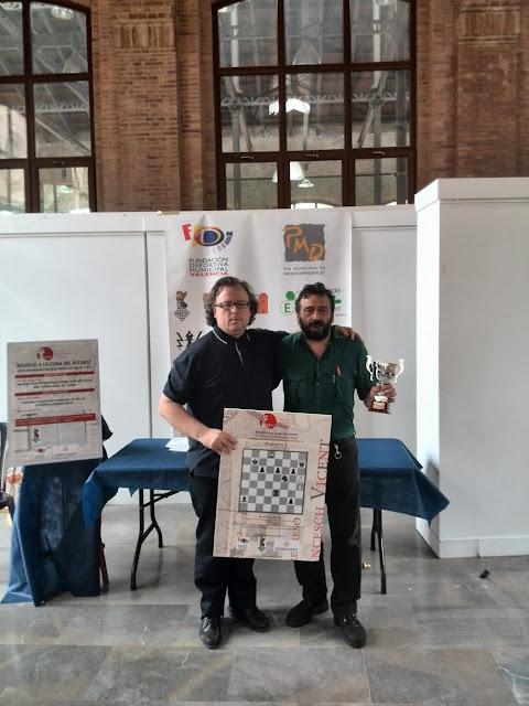Miguel Uris (d) ganador de El desafio Francesch Vicent (2014), un certamen de resolución de problemas de finales del siglo XV, junto al promotor y árbitro de la prueba, José A. Garzón