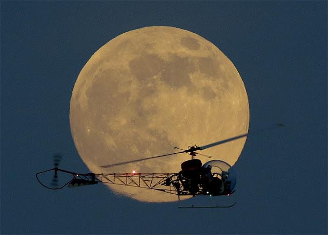 Super Lua e helicóptero