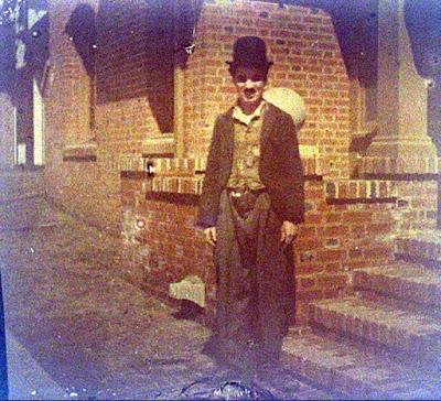 Чарли Чаплин перед своей студией, 1918 (автохромное фото)