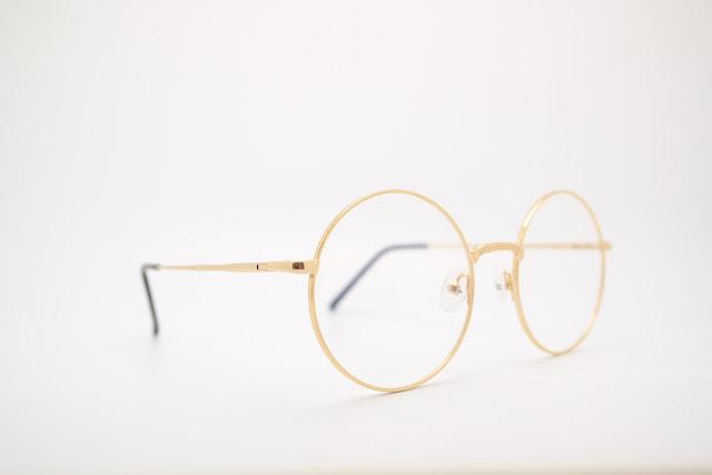 金縁の丸メガネ