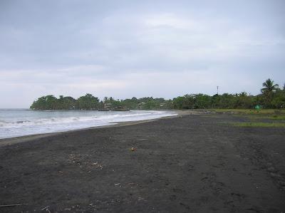 Playa de arena negra en Puerto Viejo de Talamanca, Costa Rica, vuelta al mundo, round the world, La vuelta al mundo de Asun y Ricardo, mundoporlibre.com
