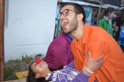 Fernando bailando con una de las niñas del proyecto.