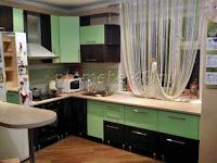 Угловая кухня вдоль окна